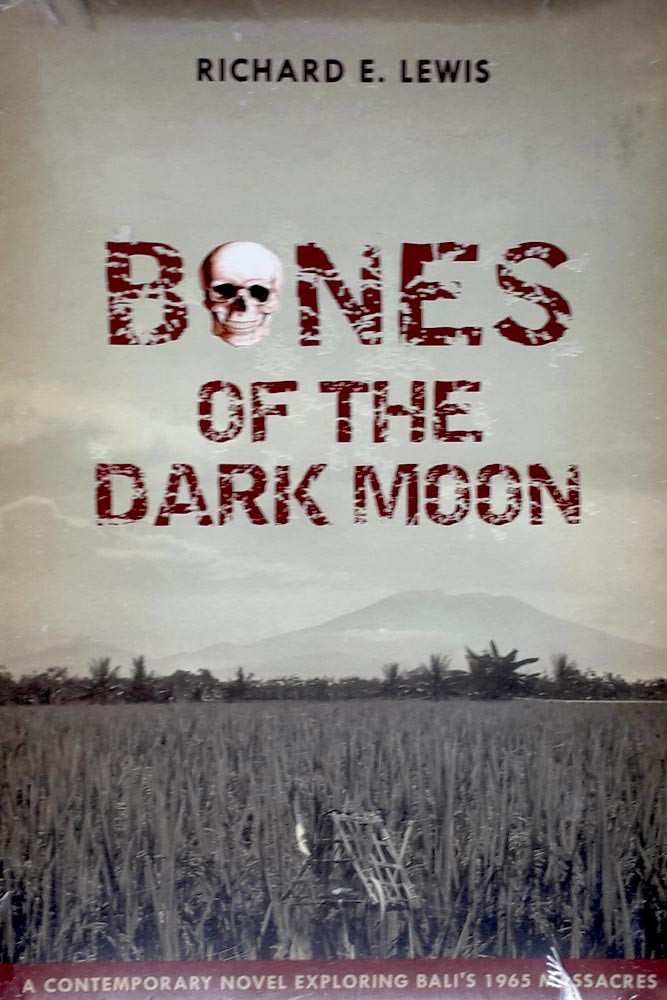 "LIVROS | ""BONES OF THE DARK MOON"" e os assassinatos em massa em Bali, por Richard E. Lewis"